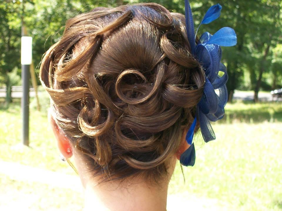Coiffeuse à domicile pour une coiffure de mariage
